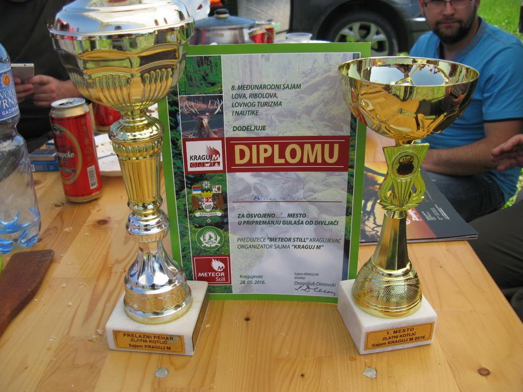 Pehari i diploma za 1. mesto u pripremanju gulaša 2016. godine